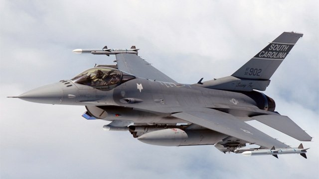 A South Carolina Air National Guard F-16 in flight. (Source: Wikimedia Commons)