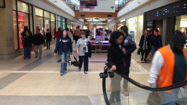 Last-minute shoppers hit the mall for gifts. (FOX Carolina/ Dec. 24, 2014)